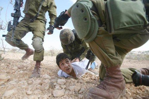 657277-garcon-palestinien-arrete-soldats-israeliens-2
